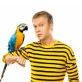 Светлаов с попугаем в майке в желто-черную полоску