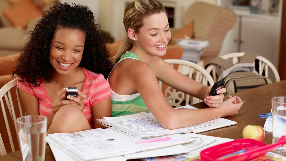 Смартфоны в руках 2 девушек
